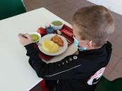 den dětí v jídelně_9